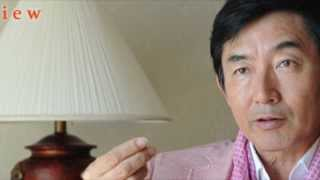 石田純一さんがクリスマスイブの前日に空港でファンにサインを求められ...