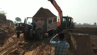 mhindra Arjun 605 ट्रैक्टर फूल damfer में पावर लगाता हुआ