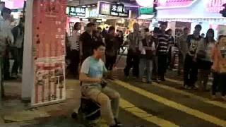 Repeat youtube video เดี่ยวดนตรีเปิดหมวกที่ย่านจิมซาจุ่ย เกาลูน ฮ่องกง 7 พ ย 55 2