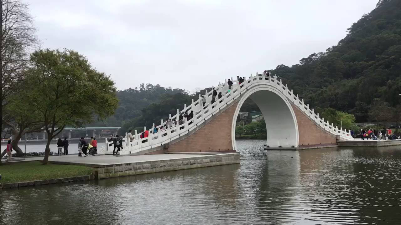 moon bridge in dahu park taipei