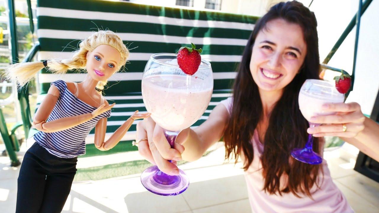 Barbie ile yemek yapma videosu.  Sevcan ve Barbie evde çilekli smoothie yapıyor