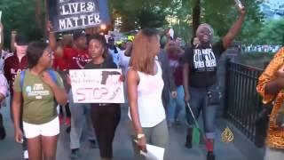 أوباما يحاول جسر الهوة بين الشرطة والسود