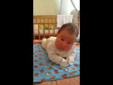 Малыш в 1 месяц уже переворачивается