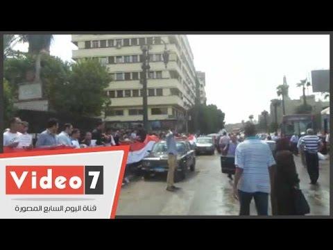 اليوم السابع : بالفيديو.. سلسلة بشرية لحملة الماجستير والدكتوراه أمام