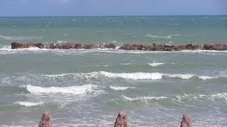 La poesia del mare in burrasca ad agosto