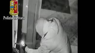 Ladri in azione, fanno esplodere il bancomat e fuggono con il bottino