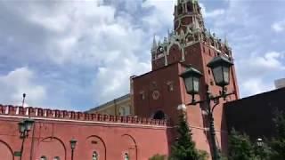 александровский сад. Очередь в кремль через Кутафью башню Москосвского Кремля 4k