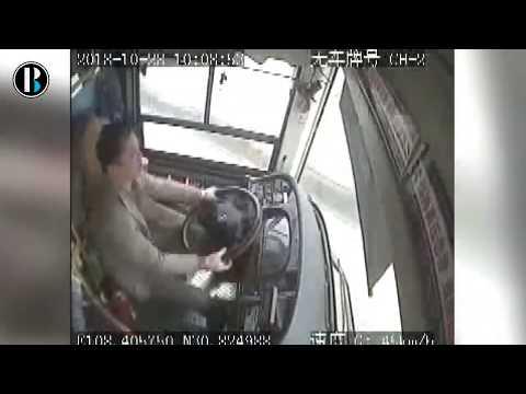 Una pelea hizo que un autobús cayera al río en China y muriesen sus 15 ocupantes