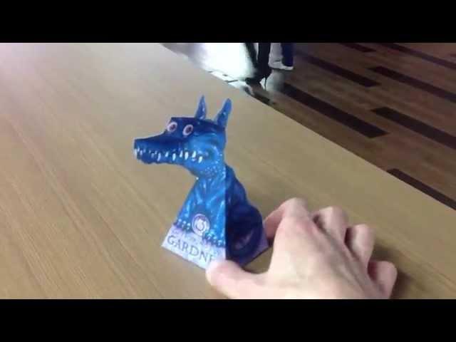бумажный дракон следит за