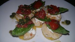 Канапе из поленты, куриной грудки, рикотты и томатов, а также салат из поленты