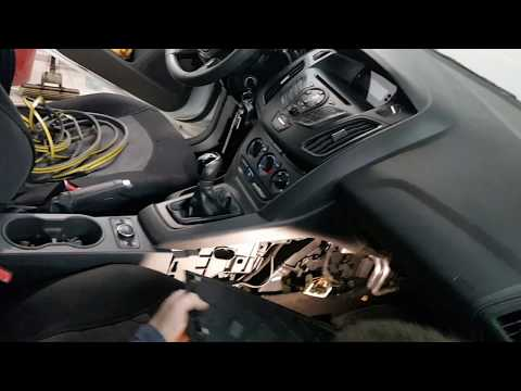 Снимаем накладку на центральную консоль со стороны пассажира Focus 3