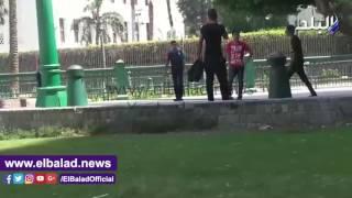 شاهد.. أفراد الأمن المركزي يلعبون كرة القدم أمام مجمع التحرير
