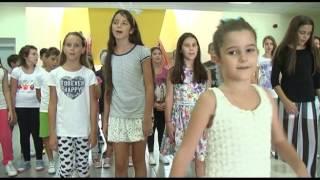 """Pjesmu """"Učiteljica"""" izvodi Iva Nikčević učenica II razreda i hor JU OŠ """"21 maj"""""""