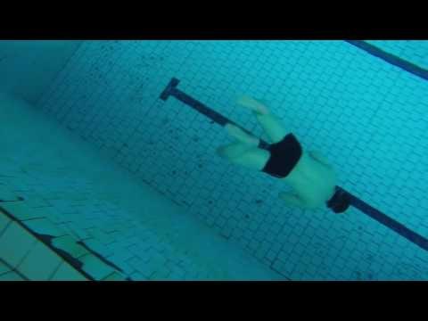 в бассейне 50 метров под водой на одном вдохе