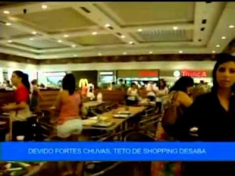 Parte do forro de gesso da praça de alimentação do Goiânia Shopping veio a baixo por causa da forte chuva