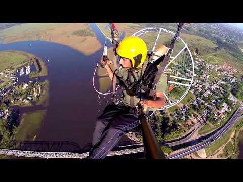 Volando paramotor sobre puente de Santa Lucia, Uruguay