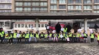 Kinderen wachten Sea King vol verwachting op in Nieuwpoort