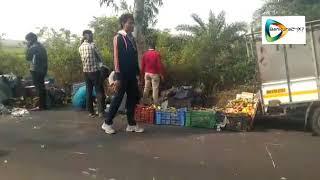 road accident at ratanpur / রতনপুরে ফল বোঝাই লরি উল্টে আহত তিন।
