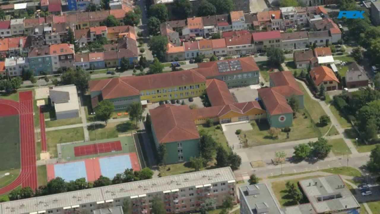 Letecký pohled na ZŠ Slovácká a město Břeclav