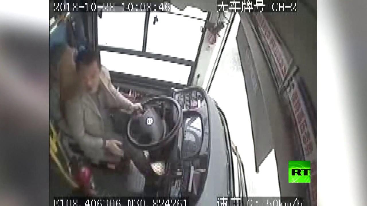 شاهد بالفيديو كيف تسببت مشاجرة في سقوط حافلة ومصرع 15 راكبا