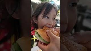샹그릴라 수영장에서 햄버거 시켜먹었어요~하와이안버거 엄…