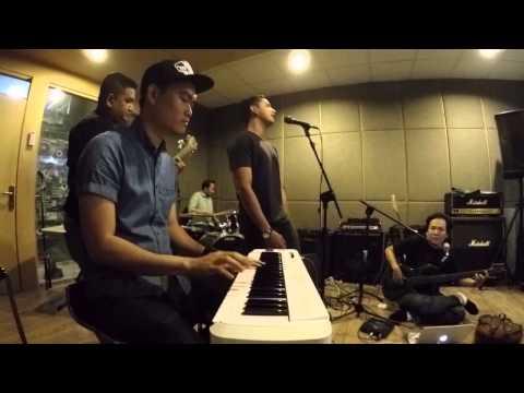 Palsu - GRUVI (NEWGRUVI) live at oz radio (Keyboard cam)