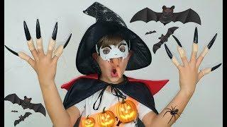 Шуточная история про Хэллоуин Ринат собирает конфеты