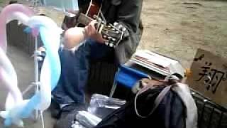 うたいびと はねの曲。 2009年博多どんたくの日に警固公園にて.