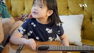 没有眼睛的女孩用歌声感动世界:一个有关领养的故事