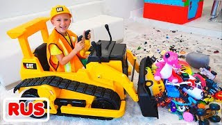 Влад и Никита убирают игрушки на экскаваторе