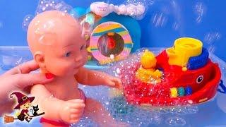 El Bebe Juega con Barcos en la Piscina thumbnail