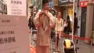 長崎市内浜の町商店街で中国人観光客歓迎の路上演奏.