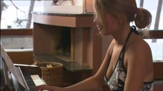 Paha maa: Pamela Tola soittaa pianoa