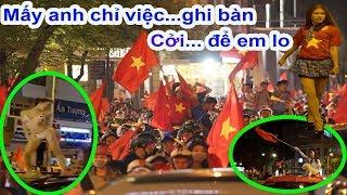 Hội chị em lại cởi và quậy tưng Sài Gòn sau trận Việt Nam vs Malaysia ở Aff cup 2018 - Guufood