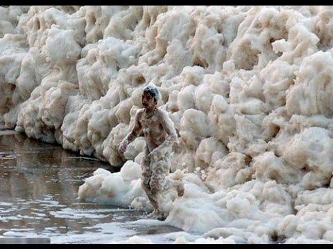 Hombre es tragado por la espuma marina.