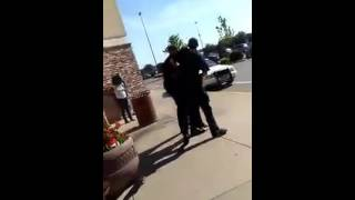 ABUSE POLICE COPS PUNCH KNEE AND TASER TO BLACK GIRL IN USA