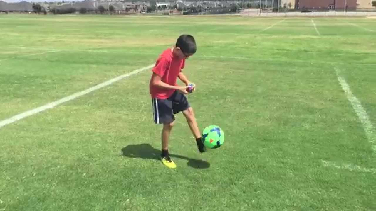 11 year old solves a rubik's cube while doing keep ups with