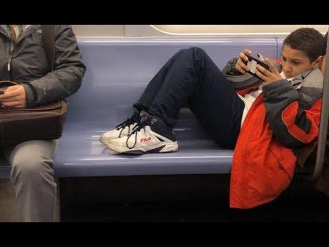 Парень не захотел убирать ноги с сиденья в вагоне, однако пассажир сумел его проучить