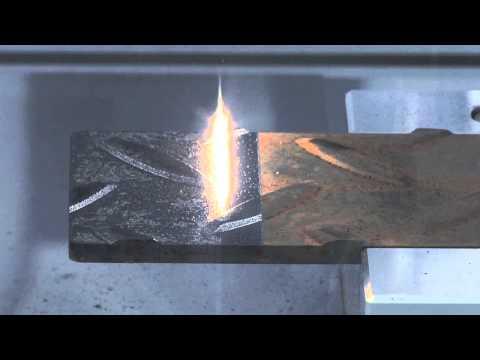 Limpiando el óxido de un metal con un rayo láser