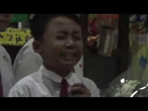 Menangis saat menyanyikan lagu Pahlawan Tanpa Tanda Jasa