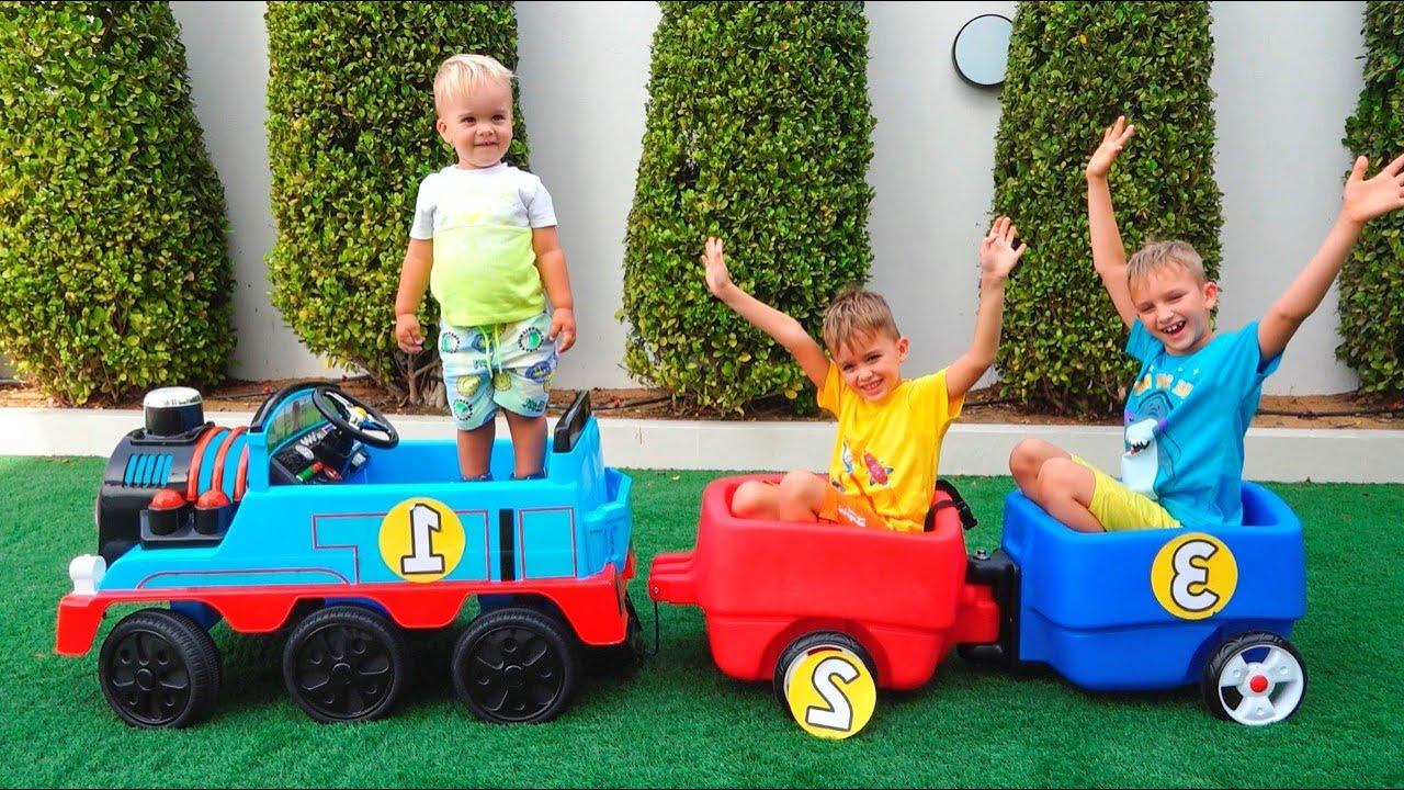 블라드와 니키가 의상을 차려입고 놀이 - 어린이 장난감 이야기