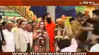 Repeat youtube video Navneet Kaur Weds MLA Ravi Rana in Mass Marriage