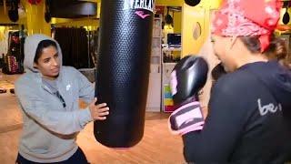 شاهد: سعوديات يتحدين التقاليد ويلعبن رياضة الملاكمة