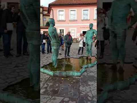 Prag / Franz Kafka Müzesi' nin İşeyen Heykelleri.