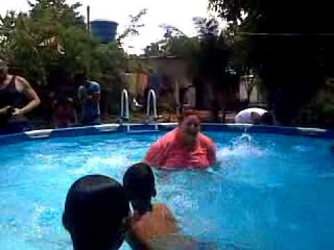Mam en la piscina youtube for Piscina quintanar de la orden