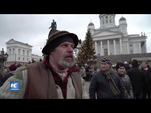 Tradicional mercado navideño al aire libre en el centro de Helsinki