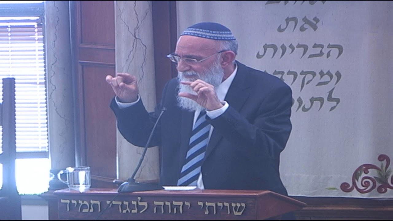 הרב מרדכי אליהו מתיר עגונה כדיין צעיר