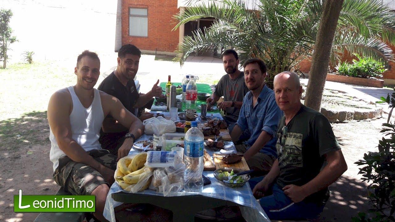 С друзьями Максима. Готовим мясо на мангале.