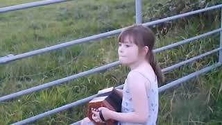 ここでは小さな演奏会が行われていた。ウシにコンチェルティーナを聞かせる少女