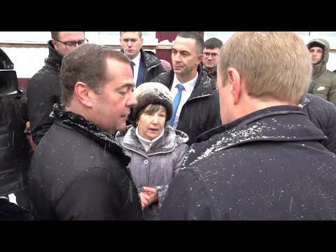 В Алтайском крае пенсионерка встала на колени перед Медведевым из-за проблем с горячей водой